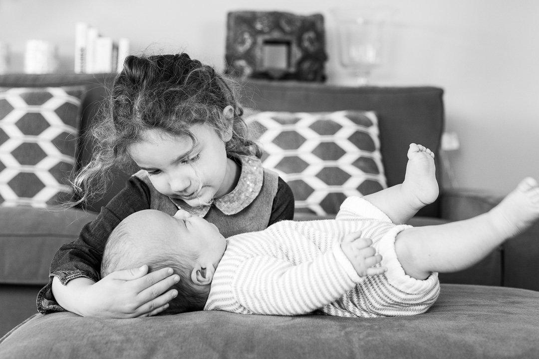 Schwester kuschelt kleinen Bruder in Meilen