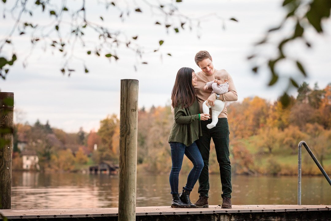 Familie mit Baby stehen auf dem Steg am Chatzensee, Zürich