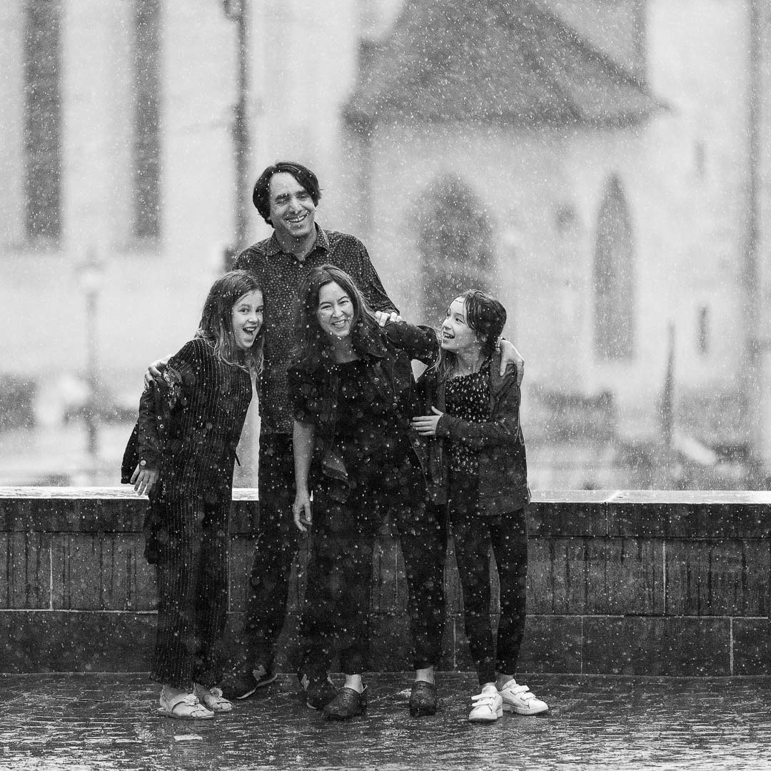 Family having a photo session in the rain in Zürich