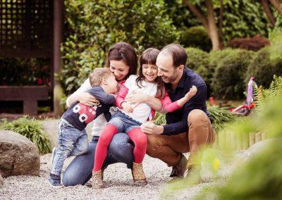 Familienfoto und alle lachen miteinander