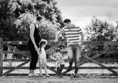 Familie auf ihrem Grundstück mit Pferdestall