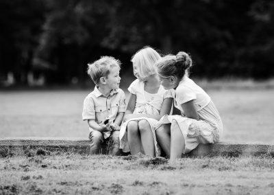 Drei Geschwister erzählen sich Witze