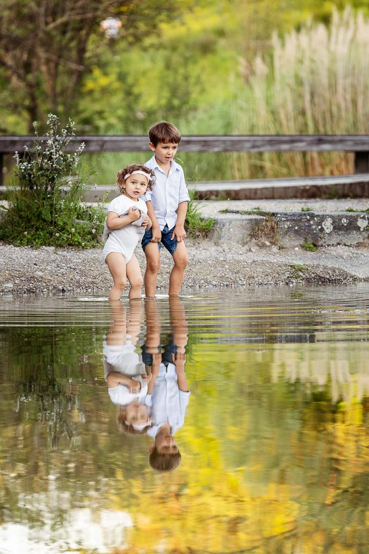 siblings playing in water at Irchelpark Zurich